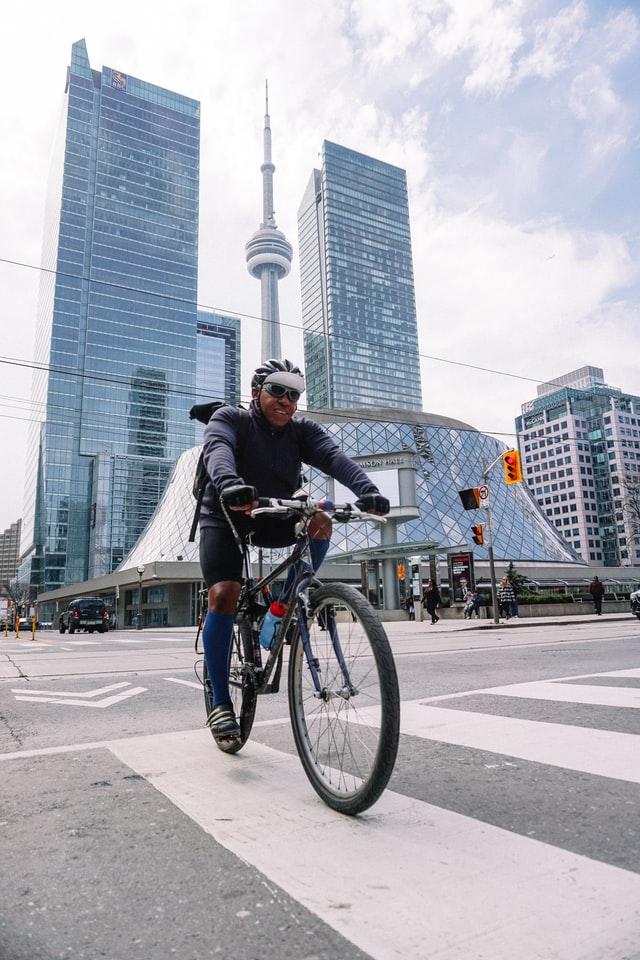 cycliste urbain bien équipé